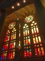 Farbenprächtige Glasfenster der Sagrada Familia