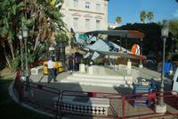 Aufbau eines neuen Denkmals in Cádiz in Erinnerung an den Bau der Maschine Bücker 131
