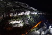 Die Schlucht des Júcar wird bei Nacht beleuchtet