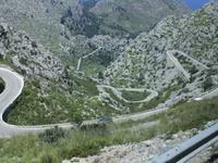 Auf kurvenreichen Straßen fahren wir durch das Tramuntana-Gebirge
