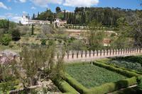 Der Generalife (djannat al-'arif, Garten des Architekten), darüber La Silla del Rey Moro, der Sitz des Maurenkönigs, eigentlich eine Wasserverteilstation