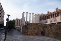 Reste des mutmaßlichen Kaiserkulttempels in Córdoba und Córdobas Rathaus. Die Schauseite des Tempels blickte ins östliche Vorland der antiken Stadt