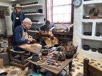 Unser lokaler Reiseleiter für La Palma Rudi erklärt alte Keramik-Techniken