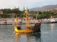 Caravelle im abendlichen Funchal