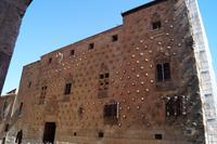 08-10-2016 Salamanca, Casa de las Conchas - Muschelhaus mit in die Fassade eingelassenen Jakobsmuscheln