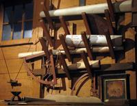 Nachbildung der Kajüte von Kolumbus, der Schreibtisch mit Seekarten
