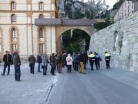 Reiseleiter Lorenzo erklärt die eigenart der Statue von Picasso
