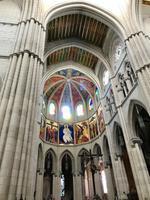 Meterhohe Steinsäulen in der Kathedrale Almudena