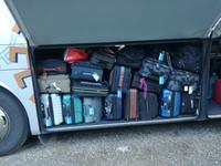 Koffer im Bus bei der Abfahrt