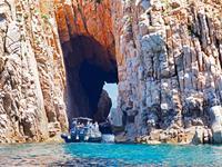 Auf dem Boot durch die Felsen