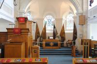Innenraum der Garrison Chapel mit Dreifachkanzel
