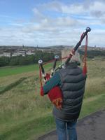 Dudelsackspieler auf Hausberg von Edinburgh