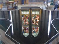 Spiegelung der Fenster im Taufbecken der Kathedrale von Salisbury