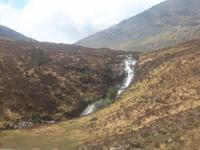 Wasserfall von Loch Ainot auf Skye