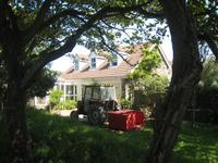 das Haus der Arztes auf Sark mit Spezialtraktor