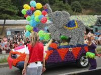 bunt geschmückte Wagen zum Blütenfest auf Jersey