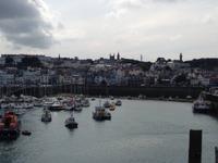 Blick auf St. Peter Port von der Hafenmauer aus
