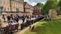 096 London, Tower, Besucher stehen für die Besichtigung der Kronjuwelen an