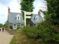 Wanderung entlang der Gärten und Häuschen von Sark