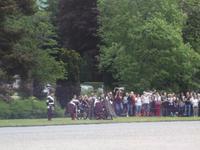 Parade der Blair Atholl Highlanders vor ihrer Burg