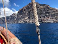 Segelschiff vor den Steilküsten von Los Gigantes