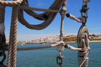 Segelschifffahrt entlang der Küste der Algarve