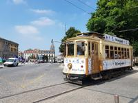Traditionelle Straßenbahn in Porto
