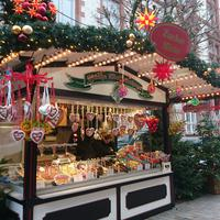 Hübsch herausgeputzte Stände auf dem Weihnachtsmarkt in Schwerin