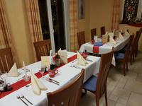 festlich gedeckt sind die Tische zum Weihnachtsabend