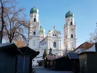 der Dom in Passau, davor der geschlossene Weihnachtsmarkt