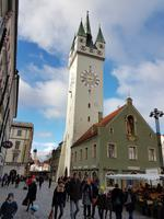 der markante Stadtturm in Straubing im Zentrum von Therisien- und Ludwigsplatz