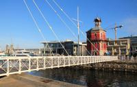 Schwenkbrücke und Uhrturm an der Waterfront in Kapstadt