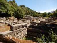 Albanien - Butrint - Blick auf das Schatzhaus (rechts) des Asklepios-Heiligtums