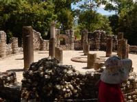 Albanien - Butrint -  Baptisterium aus dem frühen 6 Jh., der Mosaikboden wurde zum Schutz mit Sand zugedeckt