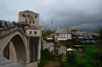 264 Mostar, Blick von der Alten Brücke auf das nördliche Brückenhaus