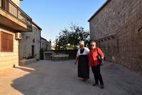 105 Kroatisches Dorf Komaj-Cilipi, Empfang bei unserer Gastgeberfamilie mit Antea