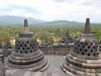 Blick von den krönenden Stupas ins Land