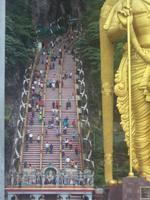 Die Treppe, die zu den Batu Caves führt