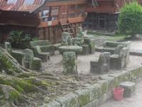 Steinerne Möbel am Gerichtsplatz von Ambarita