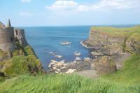 Malerische Caseway Küste bei Dunluce Castle