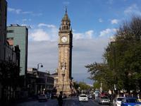 Der schiefe Prince Andrew Uhrturm in Belfast