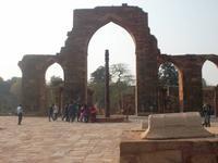 Hof der QUtb-Moschee mit Eisensäule