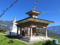 Chörte und Gebetsmühle zwischen Puentsholing und Thimphu