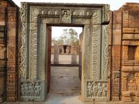 verziertes Tor in der Klosterschule von Ratnagiri