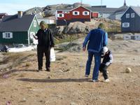 Fußballspiel der Eberhardt Gäste mit Kind auf Grönland