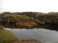 Die Erdspalten im Thingvellir sind teilweise mit glasklarem Wasser gefüllt.