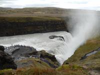 Der Fluss Hvita fließt nach dem Gullfoss in einer tiefen Spalte weiter.
