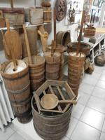 Butterfässer im Heimatmuseum von Skogar.