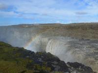 Der gewaltige Dettifoss mit Regenbogen
