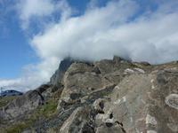 Wolkenverhüllte Bergwelt am Ostfjord